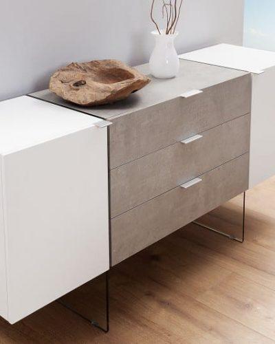 buffet-design-160-cm-a-3-tiroirs-et-2-portes-en-mdf-coloris-blanc-et-beton-avec-pietement-en-verre.jpg