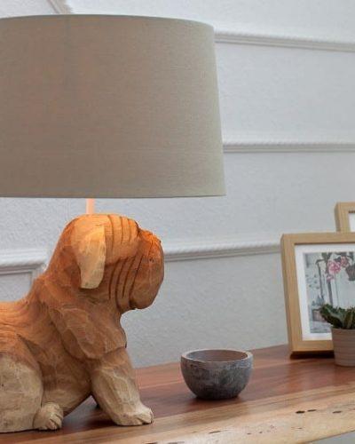 lampe-a-poser-design-de-chien-50-cm-en-bois-massif-coloris-blanc-et-naturel-1.jpg