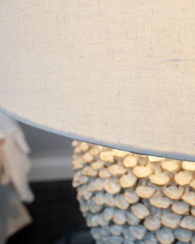 lampe-a-poser-en-ceramique-blanche-a-motif-florales-1.jpg