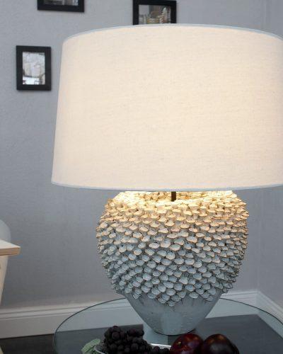 lampe-a-poser-en-ceramique-blanche-a-motif-florales.jpg