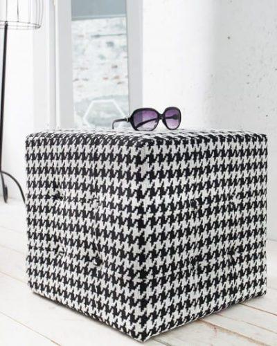 pouf-design-carre-en-polyester-motif-pied-de-poule-coloris-noir-et-blanc.jpg