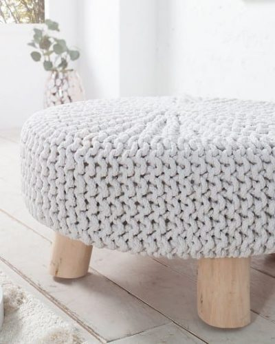 pouf-tricote-en-coton-coloris-blanc-avec-des-pieds-en-bois-massif-1.jpg