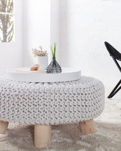 pouf-tricote-en-coton-coloris-blanc-avec-des-pieds-en-bois-massif.jpg