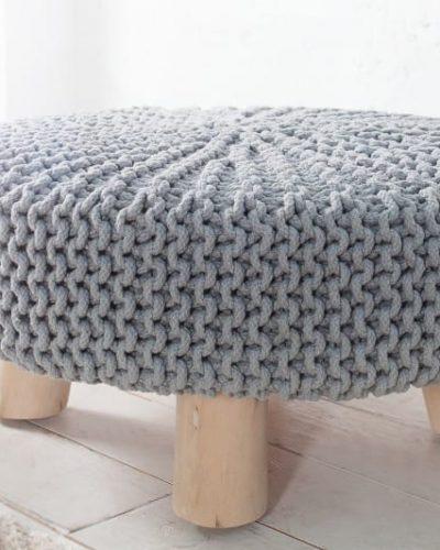 pouf-tricote-en-coton-coloris-gris-avec-des-pieds-en-bois-massif-1.jpg