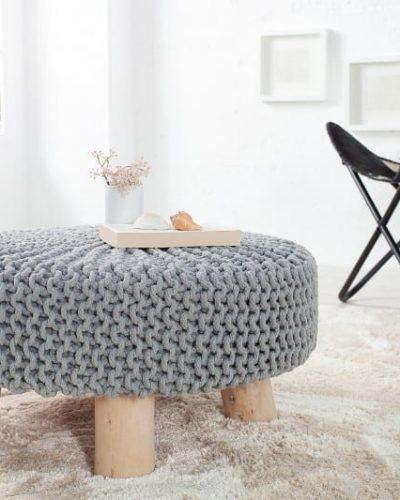 pouf-tricote-en-coton-coloris-gris-avec-des-pieds-en-bois-massif.jpg