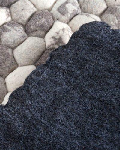 tapis-design-en-feutre-de-200x120cm-coloris-gris-et-beige-1.jpg